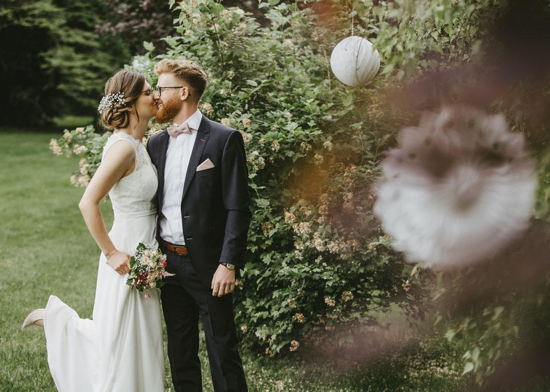 Brautpaar im park der villa gückelsberg kurz vor der trauung