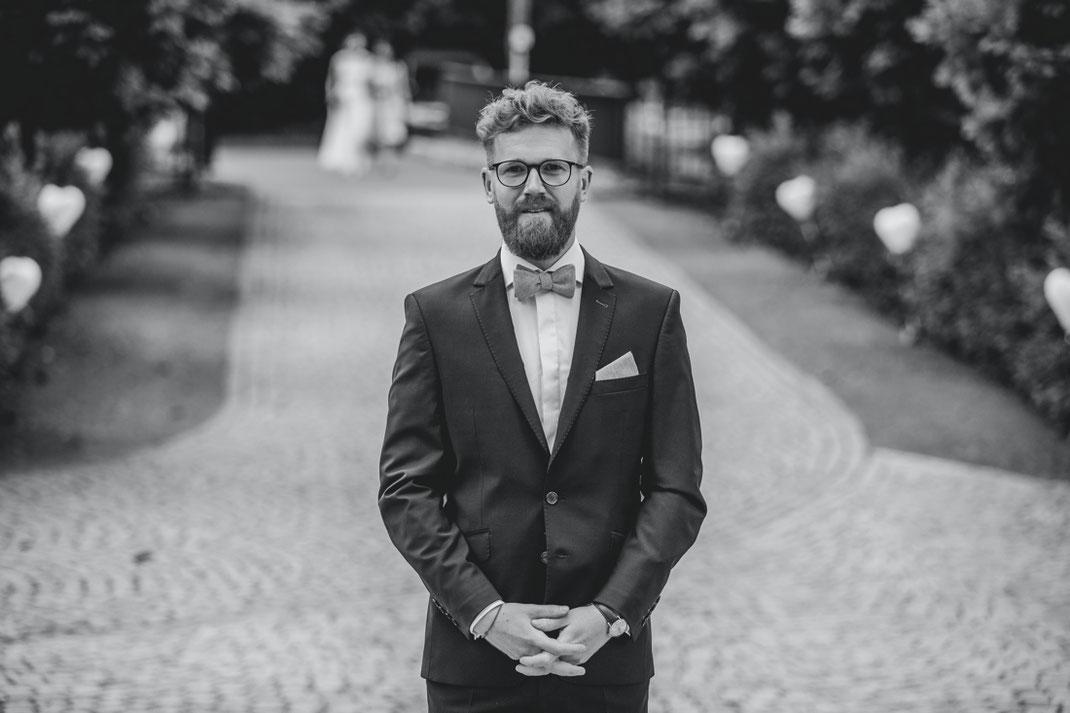 Bräutigam wartet auf braut - first look hochzeit