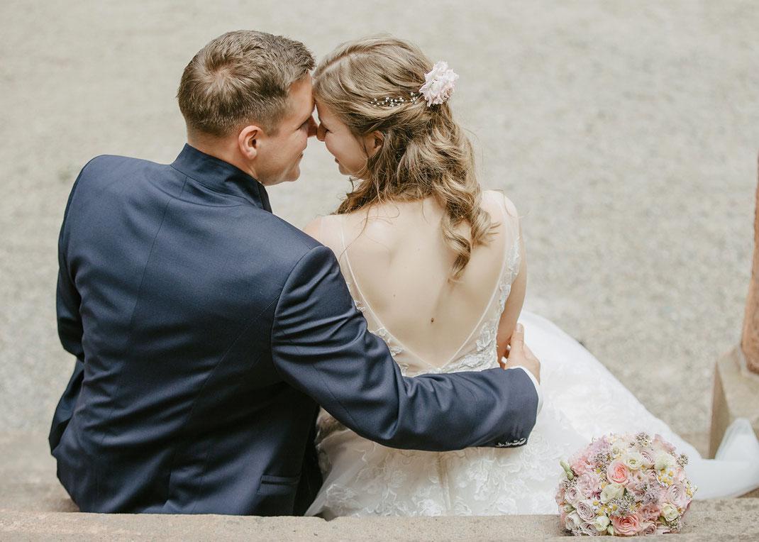 Glückliches Brautpaar kurz nach der Trauung im Schloss Wolkenburg