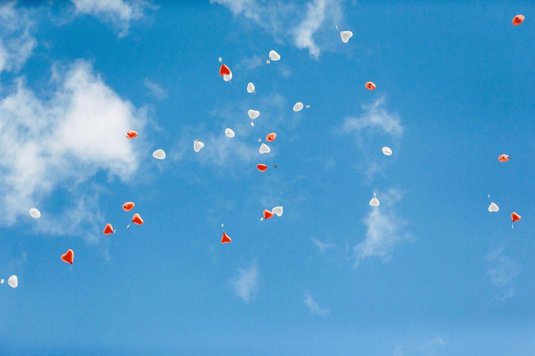 Luftballons Hochzeit, Blauer Himmel und rot-weiße Luftballons
