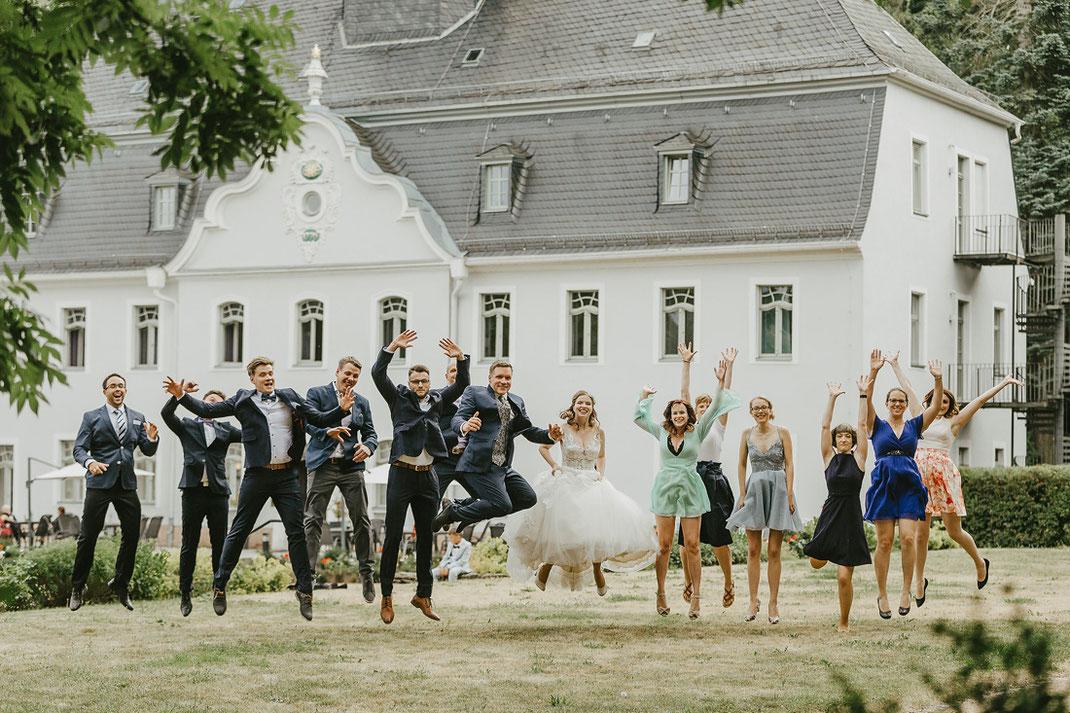 Gruppenfotos Hochzeit springen, Schloss Rabenstein Chemnitz Hochzeit