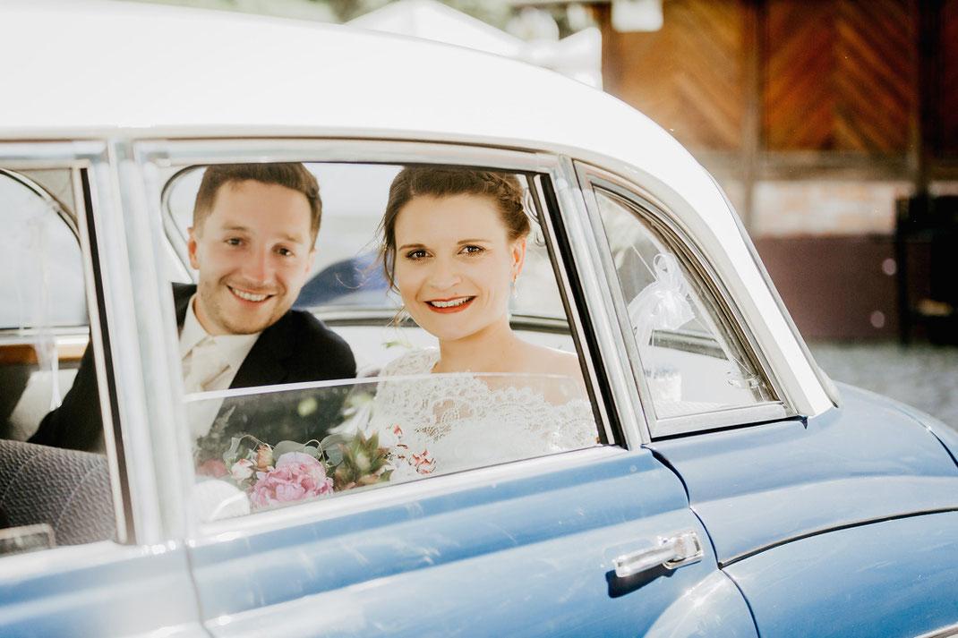 brautpaar im wartburg hochzeit auto hochzeitsauto