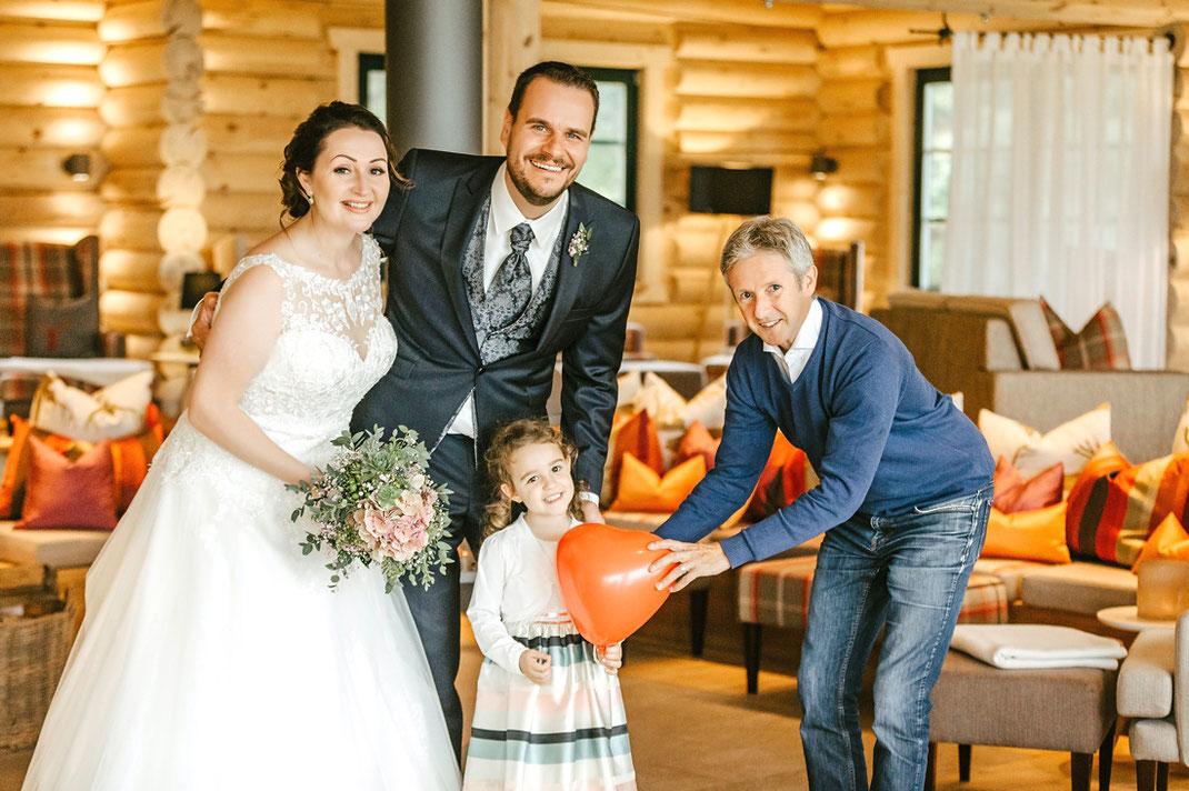 Hotelier Jens Weißflog mit einem Hochzeitspaar in der Relax Lodge seines Hotels