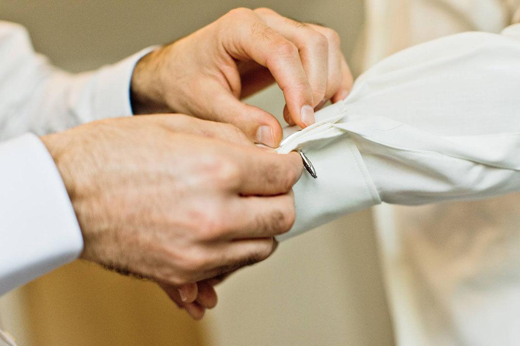 getting ready, bräutigam, ankleiden, hochzeit, hochzeitsreportage, hochzeitsfotografie, fotograf, hochzeitsfotograf, groom, benjamin pfeifer fotograf