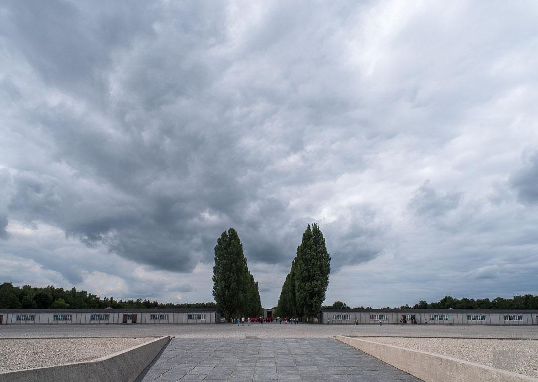 Il piazzale centrale del campo di concentramento di Dachau e la ricostruzione delle baracche dei prigionieri