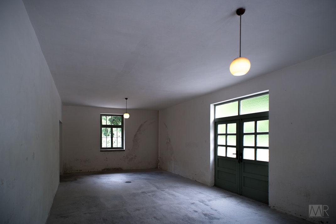 La sala della svestizione attigua alla camera a gas di Dachau
