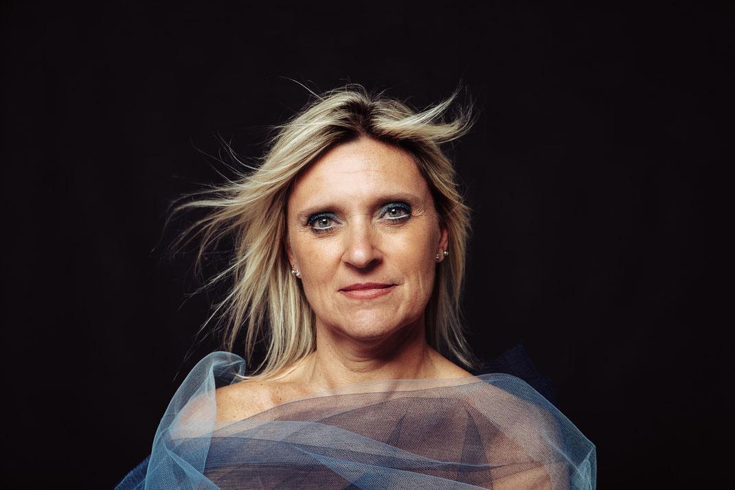 Ritratto-creativo-di-donna-Capelli-al-vento-Fotografo-professionista-Torino