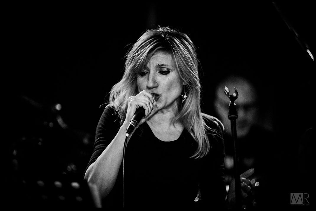 Cantante donna durante live rock a Torino