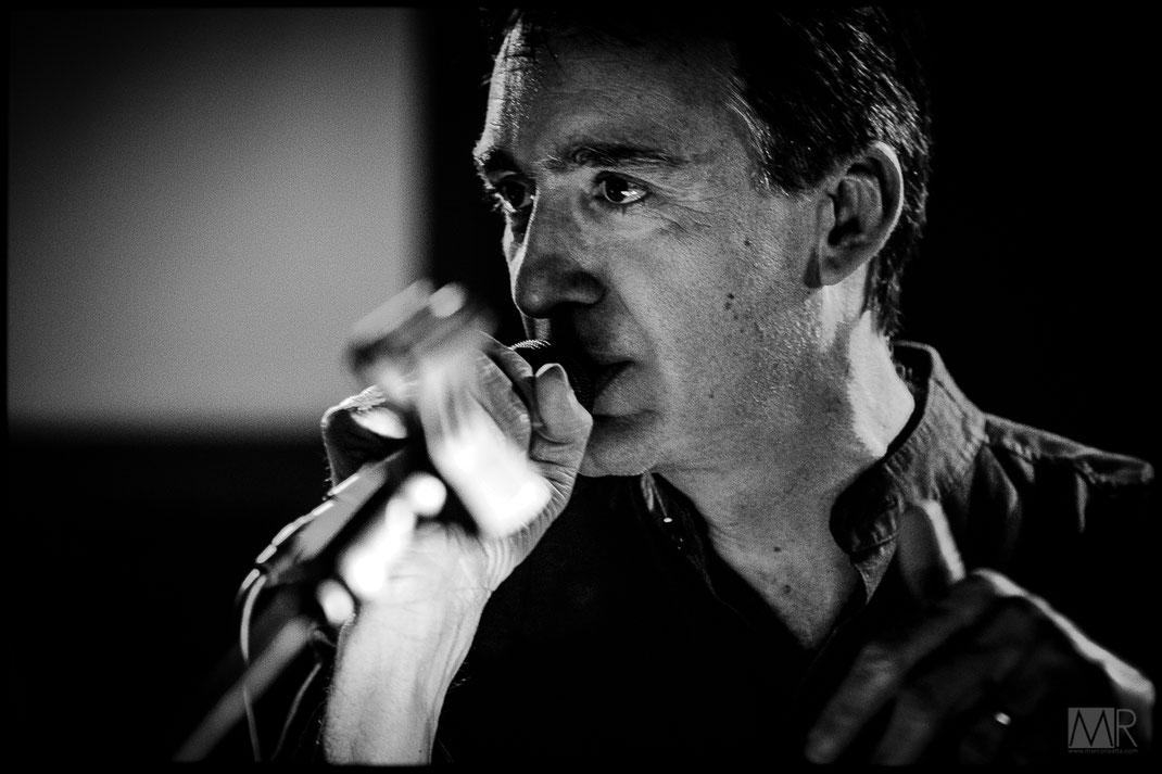 Cantante interpreta brano rock durante un live a Torino