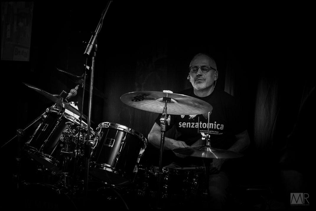 Batterista rock durante concerto live a Torino