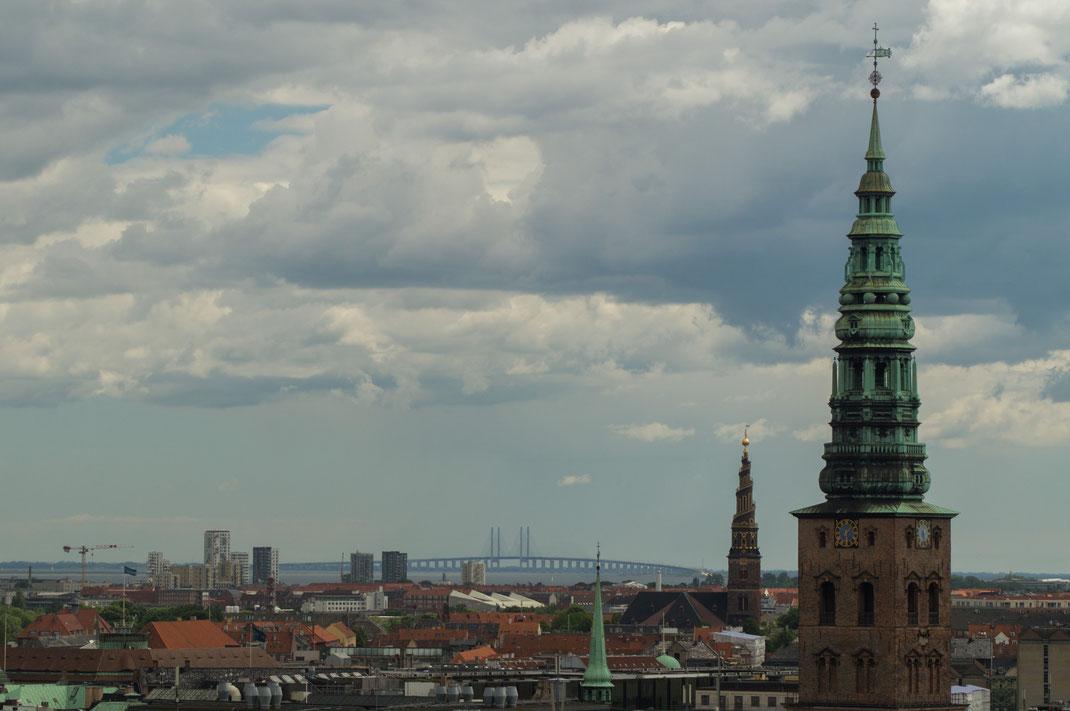 Blick vom Rundetårn (dem runden Turm). Im Hintergrund die 16 Kilometer lange Öresundbrücke, die Kopenhagen mit Malmö verbindet.
