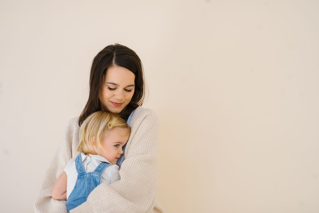 mother daughter cuddle den Haag