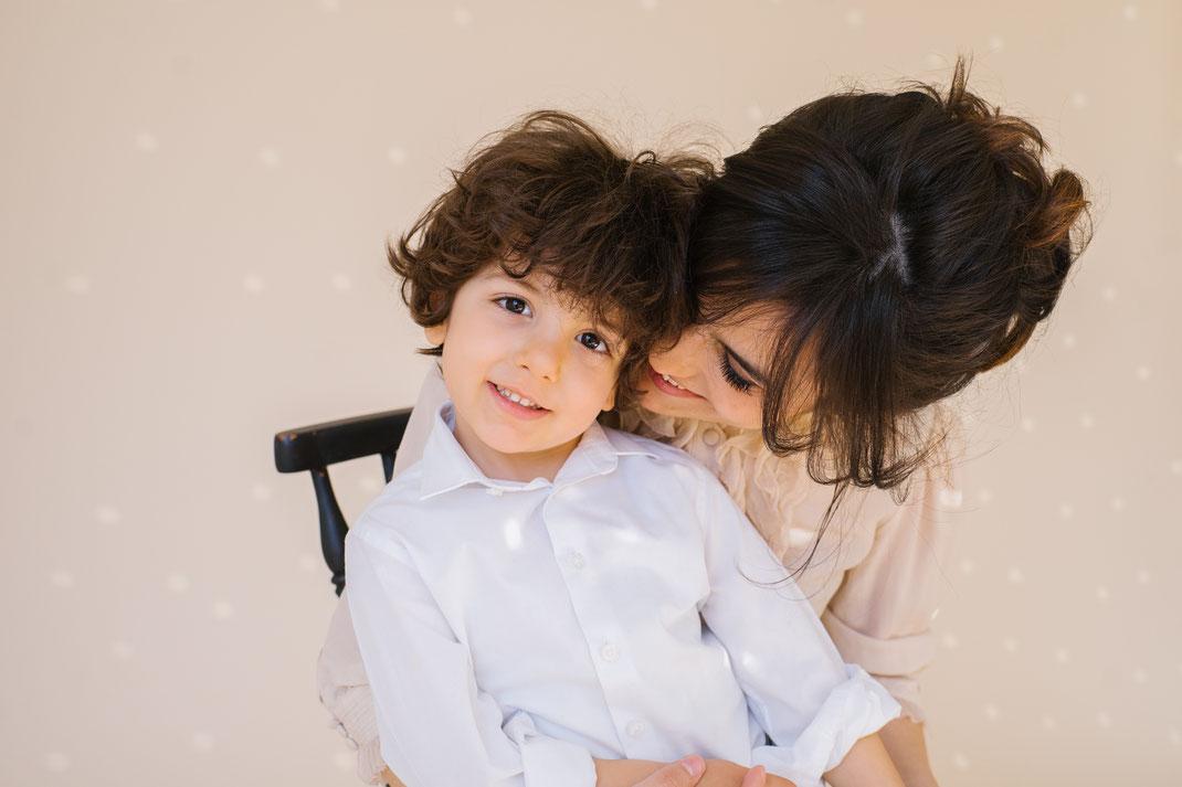 mother cuddles son in family shoot den Haag