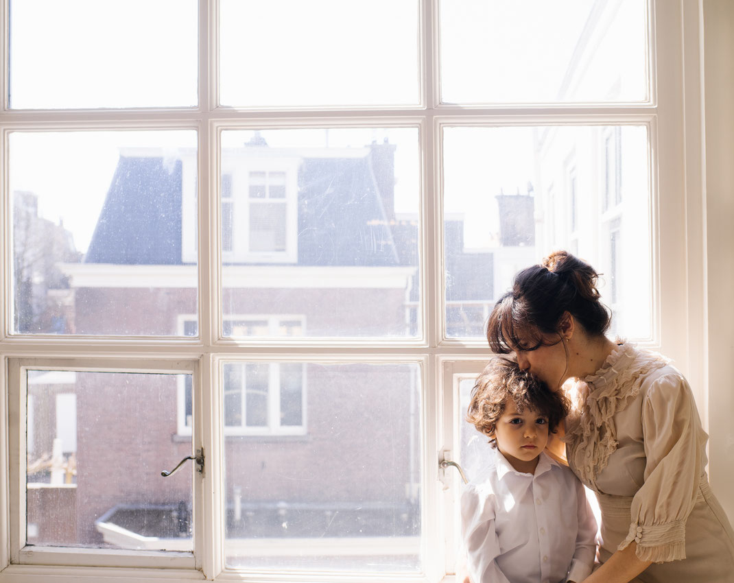 mother and son in the window den Haag