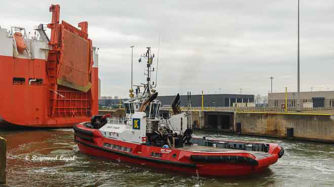 port of zeebrugge image with tug and vehicle transport carrier