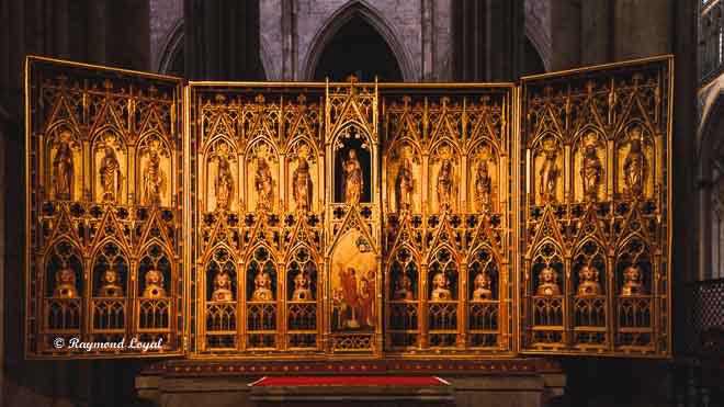 koelner dom seitenschiff altar kirche licht