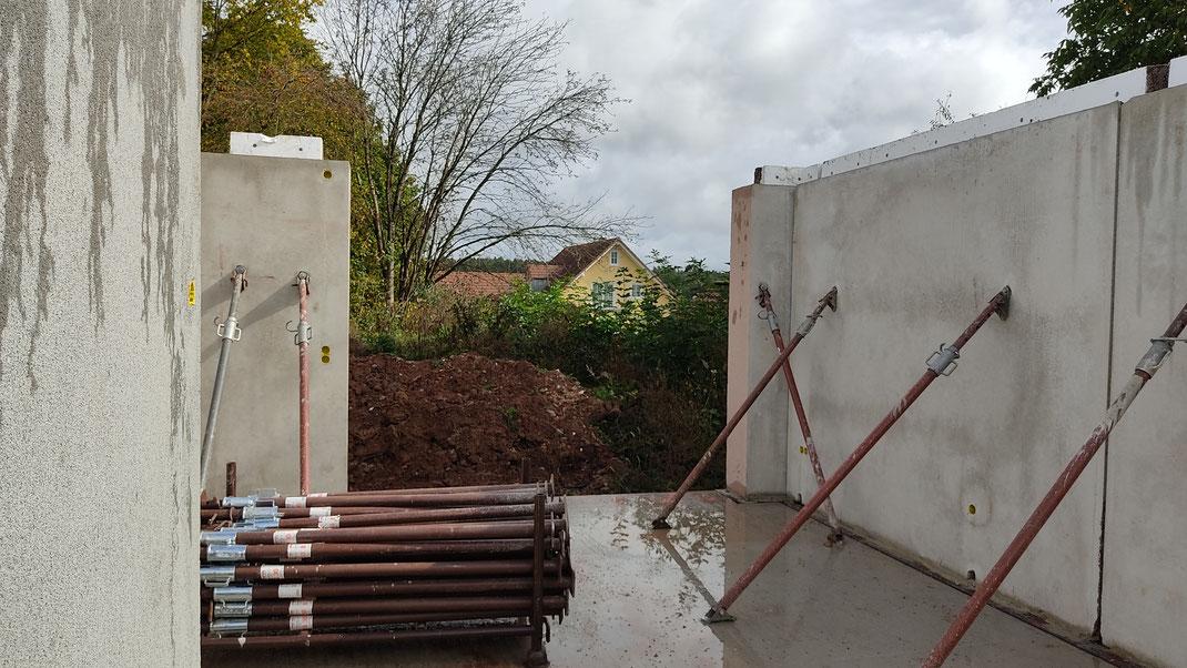 Baustelle bei Bad Kissingen. Alle Wände durch Schrägspriesse gesichert
