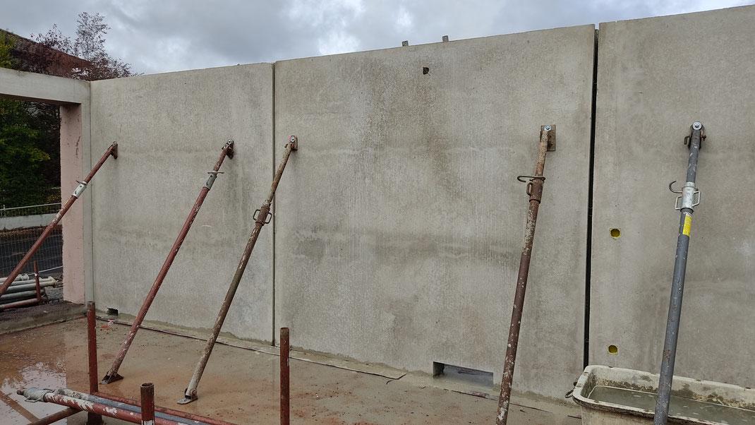 Schrägspriesse  sichern die Wände bis die Fugen vergossen wurden und die Verbindung der Wände damit voll kraftschlüssig ist
