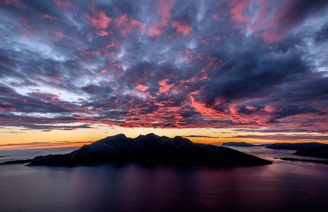 Vengsøya Dämmerung Sonnenuntergang Wolken Norwegen Troms dramatisch Himmel