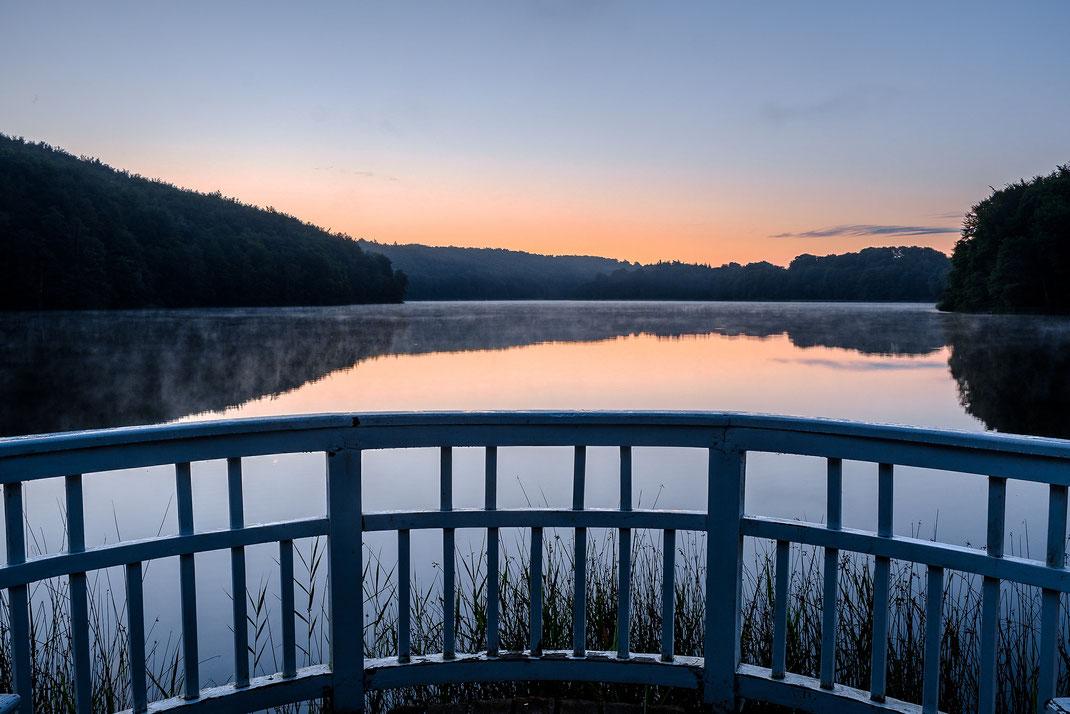 Morgenstimmung an einem See - solche Bilder kriegt man nur hin, wenn man bereit ist, aufzustehen, wenn alle anderen noch die dritte Tiefschlafphase genießen.