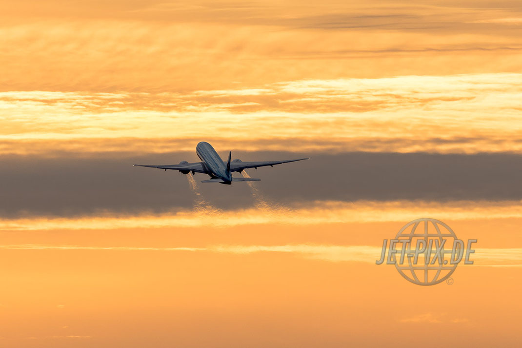 Korean Boeing 777F Start in den Sonnenuntergang Frankfurter Flughafen tolles Licht Abendämmerung