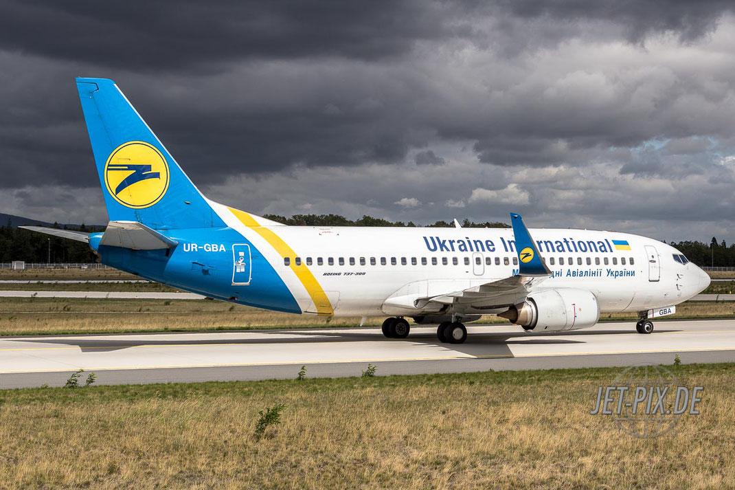 UR-GBA Ukraine International Boeing 737 Nordwestbahn Frankfurter Flughafen geiles Wetter Spotting Start Landung 25 07 18 Flugzeug Landung Besucherterrasse Podest Tribüne Düne Plane Jet