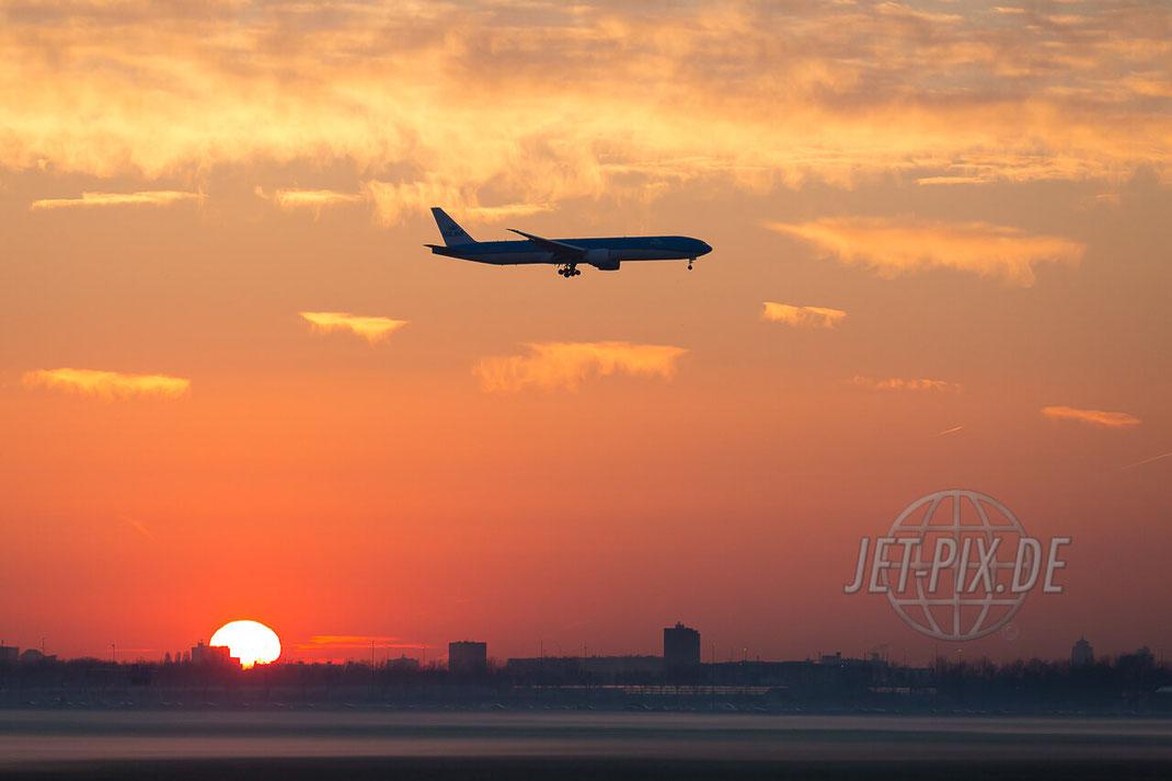 Sonnenaufgang über Amsterdam mit Bodennebel und einer Boeing 777 in New Colors von KLM JET-PIX.DE Schiphol Jetspotter Planespotting Planespotter bestes Wetter Fritten Krokett Lebensgefühl Niederländer Spaß