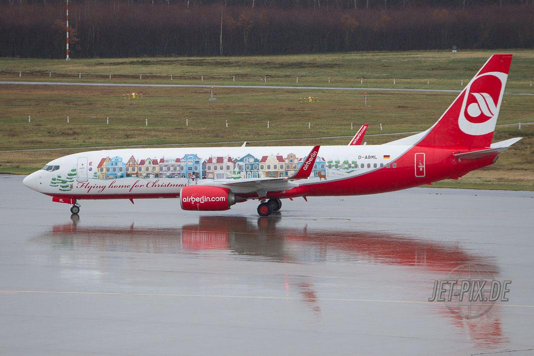 Der Weihnachtsflieger von Air Berlin rollt am Köln Bonner Flughafen bei schlechtem Wetter zur Startposition