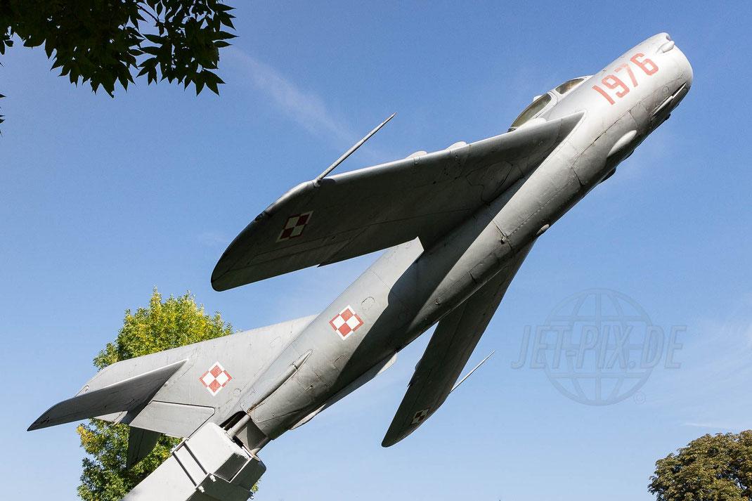 RED 1976 Poland Air Force Mikoyan Gurevich MiG-17PF Fresco D 2014 09 17 Swidwin