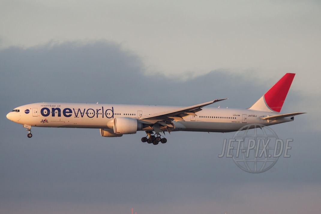 """JA732J JAL Japan Airlines """"oneworld cs"""" Boeing 777-300 2011 01 16 EDDF Frankfurt"""
