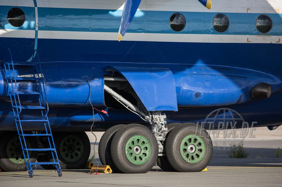 UR-11819 Motor Sich AN-12 2017 07 12 Ostende (EBOS) Fahrwerk