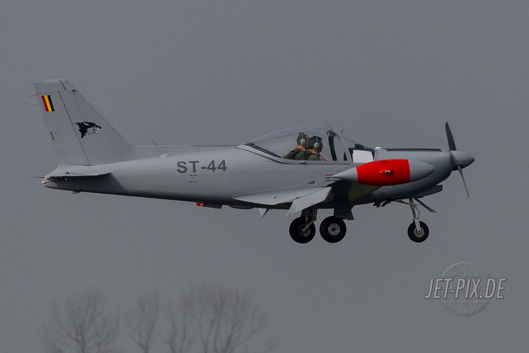 ST-44 Trainer beim Landen in Leeuwarden