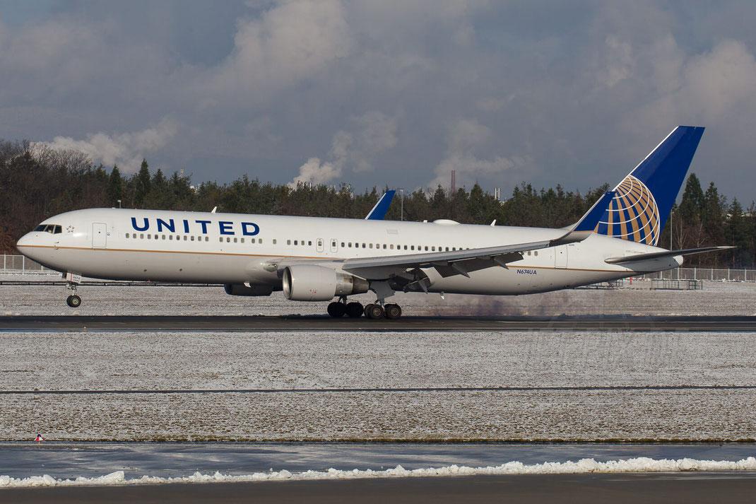 N674UA United Airlines Boeing 767 2015 02 01 EDDF Frankfurt Landung Nordwest Runway Snow Schnee bestes Winter wetter weather