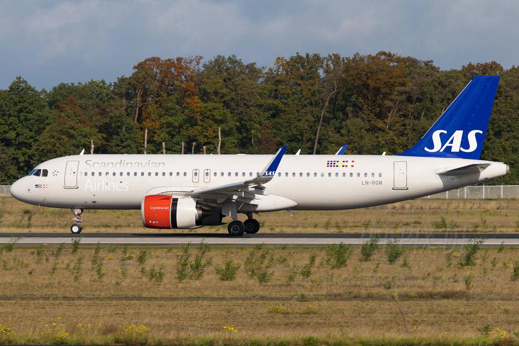 LN-RGM SAS Scandinavian Airlines Airbus A320-251N 2017 10 03 EDDF Frankfurt Neo an der Nordwestbahn Herbstlaub Landung toller Kontrast Fraport Winken Flugzeug Jet Plane