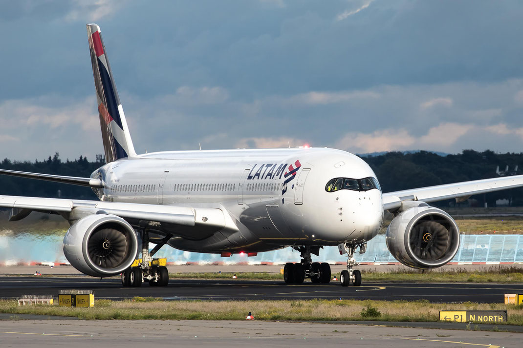 A7-AMB Qatar op. by LATAM Airbus A350 2017 09 14 EDDF Frankfurt LineUp Startbahn West 18 Sonntagsausflug Flugzeug Plane Fraport Parken Gratis