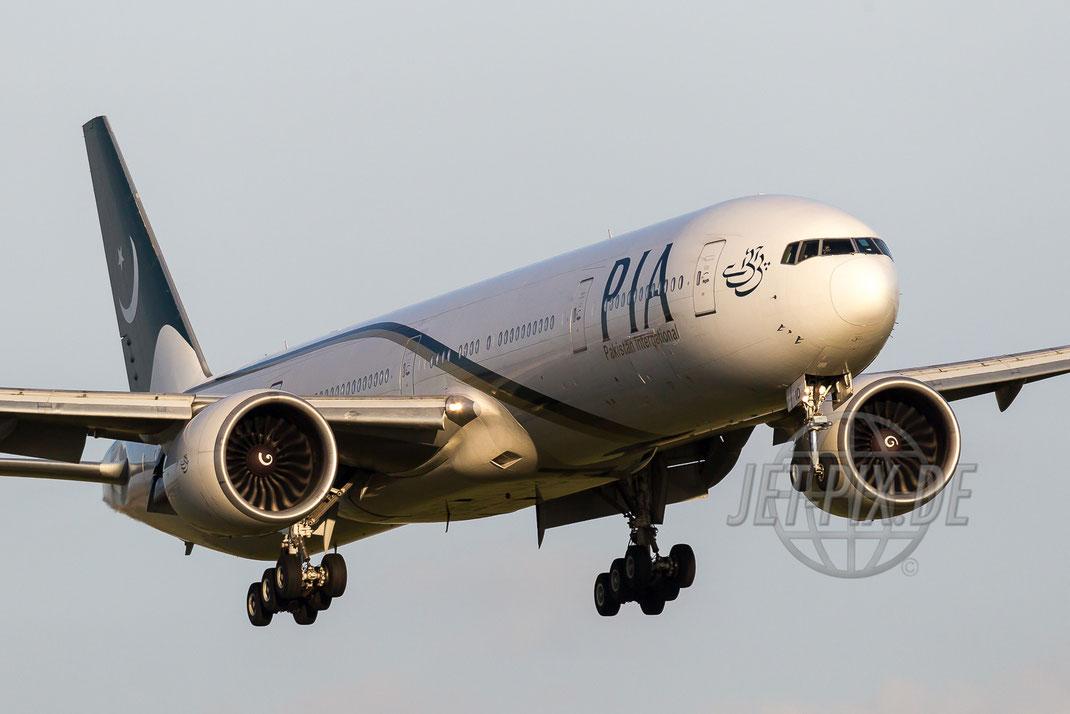 AP-BID PIA Pakistan International Airways Boeing 777 2014 08 29 LFPG Charles de Gaulle