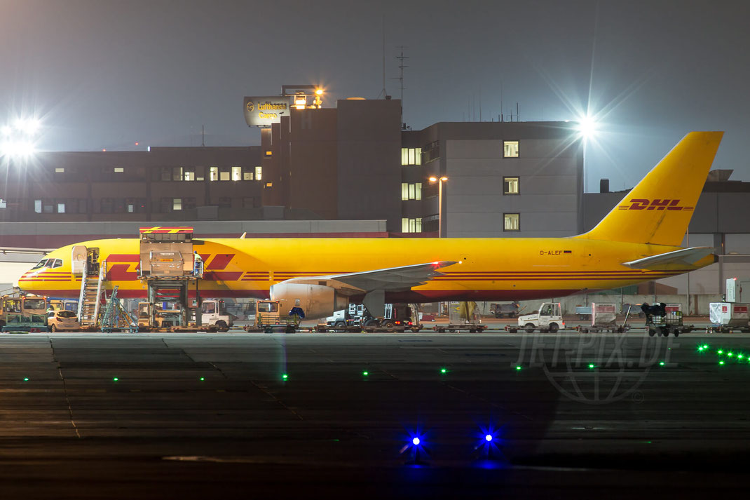 D-ALEF EAT Leipzig aka. DHL Boeing 757 2014 11 28 EDDF Frankfurt Beladung Nachbild LineUp Startbahn 18 West klare Nacht Arbeit Bewegung