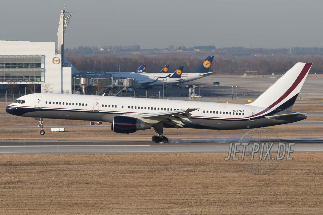 N757MA Mid East Jet Boeing 757-24Q  bei der Landung am Münchner Flughafen tolles Wetter Spotter