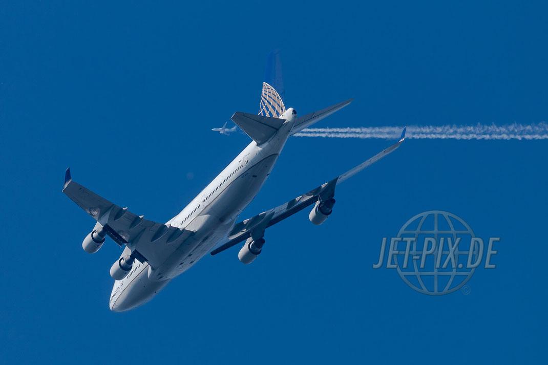 N174UA United Airlines Boeing 747-400 Richtung Frankfurt mit D-ATUA im Hintergrund