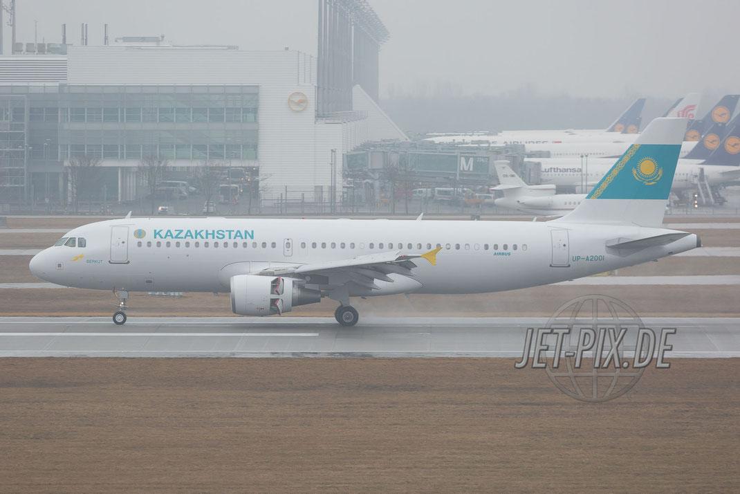 UP-A2001 Government of Kazakhstan Airbus A320-214 (CJ) Prestige Regierungsflieger bei der Landung zur Sicherheitskonferenz 2017 am Flughafen München