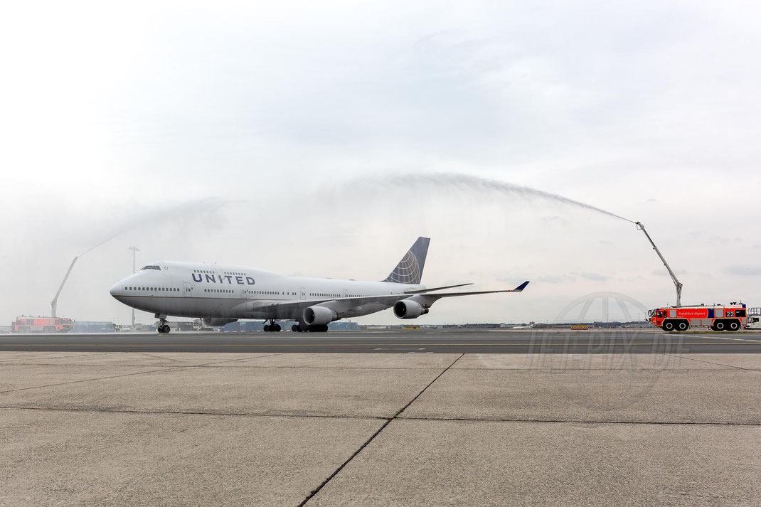 N107UA United Airlines Boeing 747 2017 10 28 EDDF Frankfurt Tour 747UA End Feuerwehr Dusche Vorfeld Frankfurt Good Bye United 747 Farwell