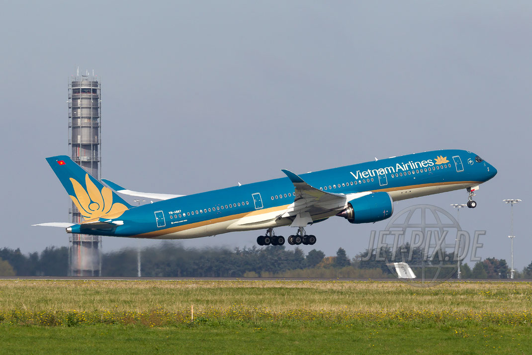 VN-A887 Vietnam Airlines Airbus A350 2015 10 10 LFPG Charles de Gaulle