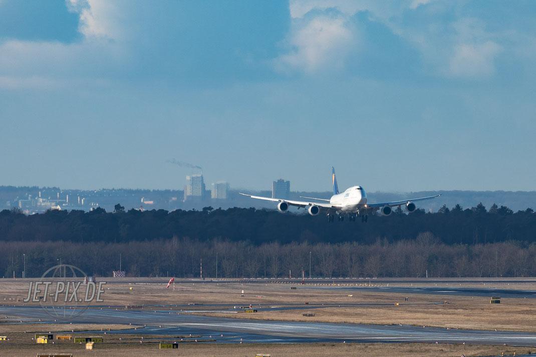 """D-ABYS Lufthansa Boeing 748 EDDF Frankfurt von der Fotoposition """"Zepplinheim"""" aufgenommen"""
