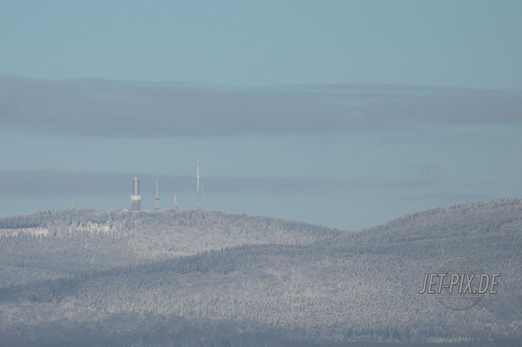 Der Feldberg mit leichter Schneebedeckung bei bestem Wetter mit Sonne