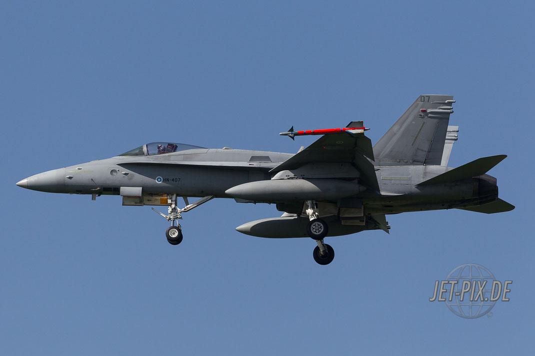 HN-407 Finnische Hornet zeigt sich von ihrer besten Seite beim Landeanflug auf Leeuwarden Fliegbasis Friesland Netherland Holland