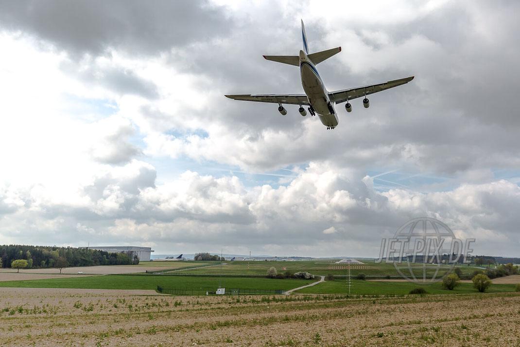 RA-82077 Volga-Dnepr Antonov AN-124 Anflug auf Frankfurt Hahn (EDFH) Back Shot