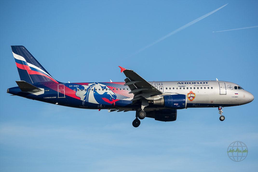 Toller Flieger bei tollem Licht. Die Fussballflieger von Aeroflot sehen sehr gut aus
