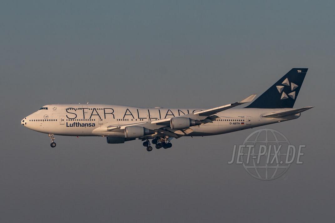 D-ABTH Lufthansa Star Alliance C/S mit Fussballnase Beoing 747-400M 2006 12 15 EDDF Frankfurt Landung Frankfurter Flughafen Terminal 2 Besucherterrasse Parken Gratis Zeppelinheim
