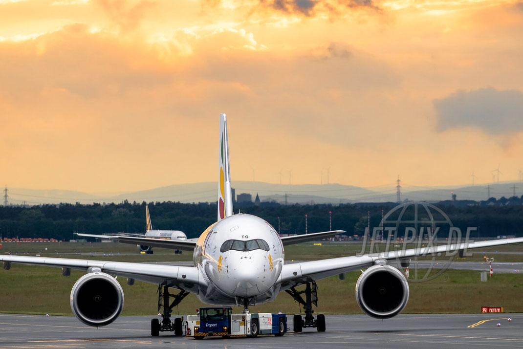 ET-ATQ Ethiopian Airbus A350 2017 05 19 EDDF Frankfurt Super Blick auf die Flugzeuge und das Terminal 1 und 2