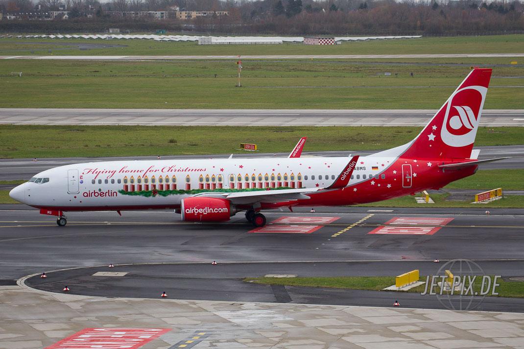 Der Weihnachtsflieger von Air Berlin aus dem Jahr 2013 rollt zum Terminal am Flughafen Düsseldorf